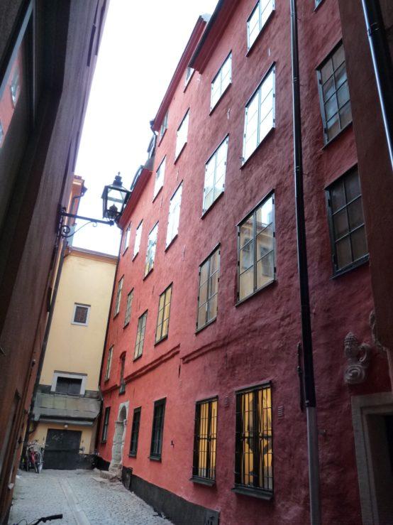 Slammad röd fasad vid staffan sasses gränd