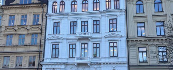 Vit putsad fasad målad med linolja