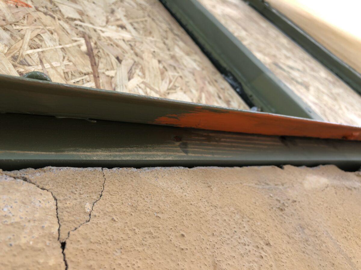 Detaljbild under fönsterbleck. Ny karmbotten, blymönja, linoljefärg.