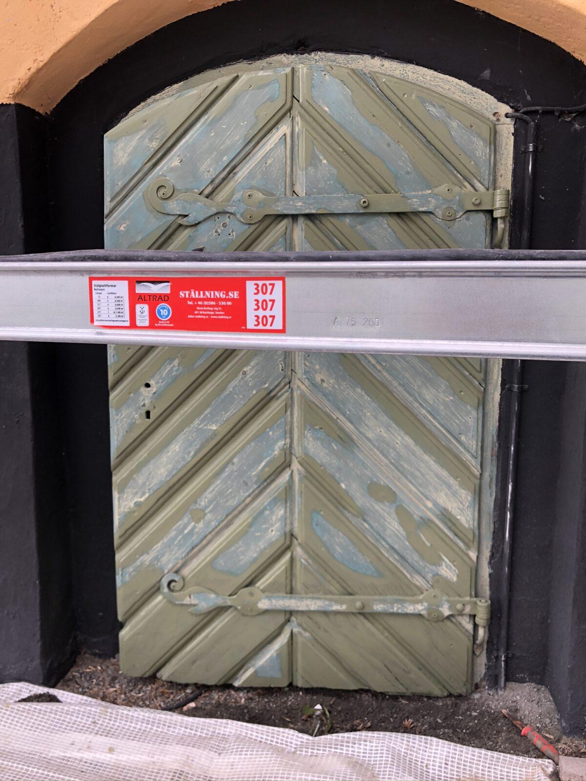 Linoljegrund av trärena ytor på dörr, Wenngarn Slott