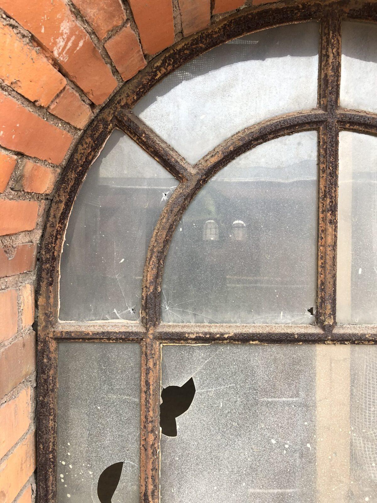 Gjutjärnsfönster innan renovering