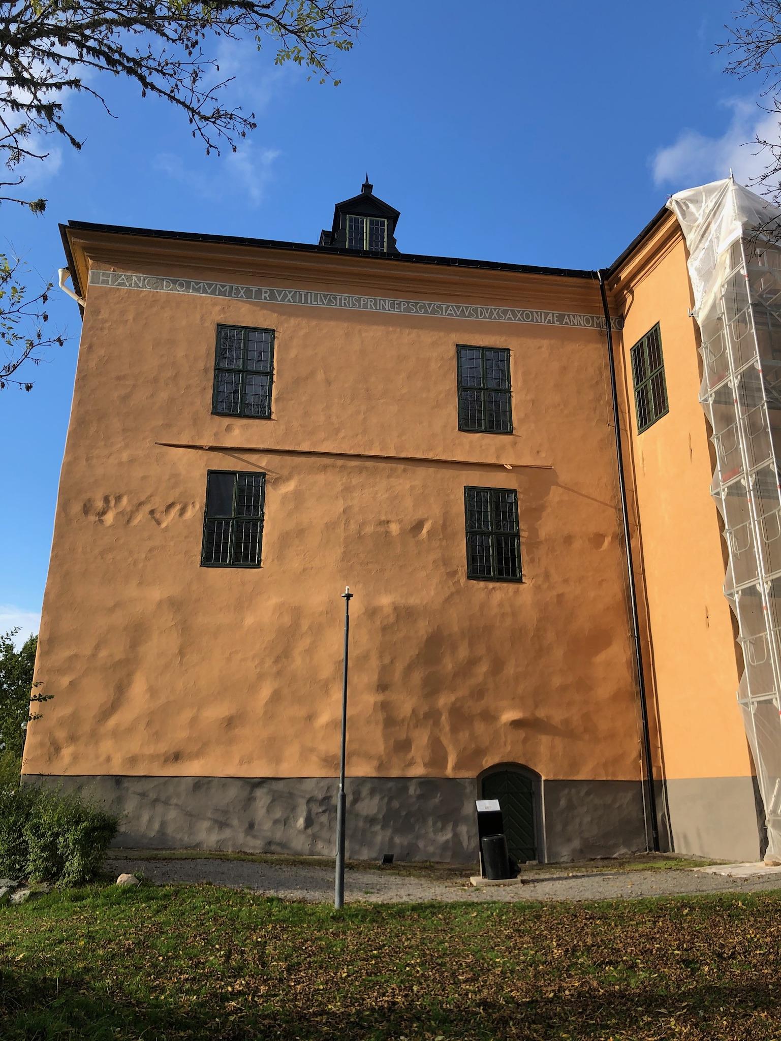 Fasad sydöst efter renovering med språkband och konturer från kapellet